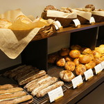 RIKI - 店内、パンの風景②