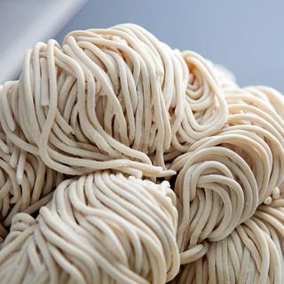 京都麺屋棣鄂による北海道産小麦7種類ブレンドの特注麺を使用