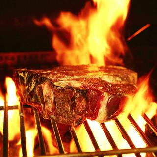 熟成肉の旨みが凝縮された、名物料理『ビステッカ』を豪快に堪能
