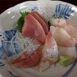 魚料理 ホノルル食堂 - お刺身単品(メジマグロ、鯛、ワラサ)900円