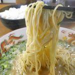 暖暮 - 細めの麺は固くコシがあって、スッキリとしたとんこつスープが絡んで美味し!