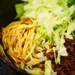 湯島ひよこ堂 - 口位製麺所の細ストレート麺・肉味噌・レタス