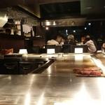 銀座のステーキ - 手前が横のお客様の肉 向こう側左にあるのが常温におかれた肉