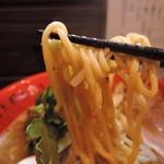 59918158 - やや太めの中麺縮れ麺、加水率は中高級。ムチムチッとした筋肉質な食感