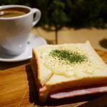 クレイジー カフェ ブランク - COFFEE (¥400)、クロックムッシュ (¥390)