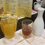 老辺餃子館 - 紹興酒徳利580円と果実酒ロック580円