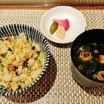 ステーキ花郷 - 『ガーリックライス、赤だし、漬物』~!!『ガーリックライス』は米沢牛の牛脂、ガーリックチップ、ネギ、ご飯を炒めて、にんにく醤油で味付けしたもの~♪(^o^)丿