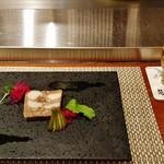 ステーキ花郷 - 先付の『牛すじ、タロイモのテリーヌ(紫キャベツとピクルス添え)』と『生ビール』~♪(^o^)丿