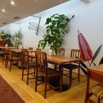 クロフネファーム - 植物や昆虫などが描かれた壁、テーブルやイスは北欧風