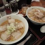坂内食堂 - 左:ラーメン,右:チャーシューメン