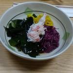 吉はら - 料理写真:突き出しの酢の物。黄色と赤は食用菊かと