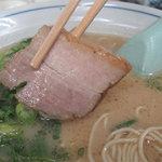 つるやラーメン - 噛み締めると、お肉とタレの甘辛い醤油味がジュワっとする、ニクニクな厚めのものが3枚。