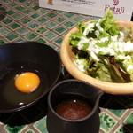 エスタジ グリル&ビア - セットのミニサラダ、生卵、タレ