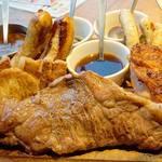 肉が旨いカフェ NICK STOCK - 名物メニューの『NICK VILLAGE(ニックビレッジ)』を注文。 総肉重量1000gオーバーのメガメニューです。