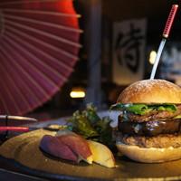 士心 サムライカフェ&バー - 侍バーガー 徳川斉昭が愛した近江牛の味噌漬けと武骨煮を挟んだオリジナルバーガー