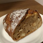 60132573 - くるみと胡椒の効いたハードなパン