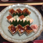 千登利亭 - 箱寿司  大阪寿司は折に詰めるので水分を控えた押し寿司ですが、こちらはお店で食べる前提のせいか 素材の美味しさを前に出してくる水気残した感じのつくり、酢飯は優しく甘めだしのきいた京風であります
