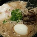 博多一瑞亭 - このスープの色合いはタレの影響かな?