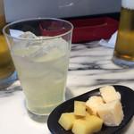 俺のフレンチ・イタリアン - レモンスカッシュとお通しチーズ