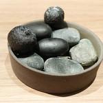 60166503 - 小石に見立てたジャガイモの竹炭クロケット