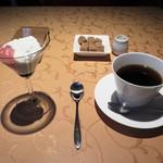 60168870 - 小さなデザートとコーヒー