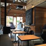 45cafe - シック、ナチュラルでモダン。天井も高くて心地が良い。