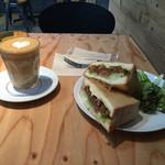45cafe - ラテ&サンドイッチ。 対面に誰もいないのが寂しい(//∇//)