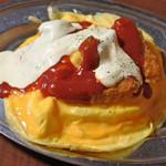 グリルオーツカ - これがハントンライスだよ。ハン=ハンガリー、トン(フランス語)=マグロの意味だそう。卵の上にカジキマグロのフライと小エビのフライがのっていてタルタルソースとケチャップがかかってるよ。銀のお皿がいい感じ