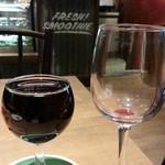 ピッツァナポレターノカフェ - 自分で注げる樽ワイン290円は左