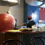 ピッツァナポレターノカフェ - 可愛らしい赤い球体で焼かれてます