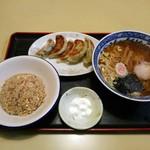 三ちゃん - 料理写真:半チャーハン(¥650)と、餃子(¥300)