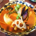 スープカレー ポニピリカ - 皮がパリッとしたチキンと野菜のカレー(税込1.350円)エビスープ(+100円)