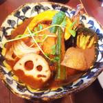 60236306 - 皮がパリッとしたチキンと野菜のカレー(税込1.350円)トマトスープ