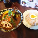 スープカレー ポニピリカ - 皮がパリッとしたチキンと野菜のカレー(税込1.350円)トマトスープ