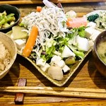 PUBLIC KITCHEN cafe - おとうふとしらすの有機野菜たっぷりサラダ 800円