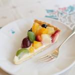 60287820 - 8種のフルーツとホワイトチョコクリームのタルト