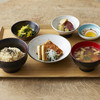ブラウンライス - 料理写真:豆腐料理を主菜に、副菜には極上の昆布出汁で煮た根菜、ミネラル豊富な海藻や青菜はさっぱりとした味つけで。「一汁三菜」