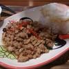 トゥンテン - 料理写真:・鶏肉のバジル炒めご飯 端っこの油を見よ