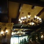 古城 - ずっしりとしたシャンデリア 古いお城に有る感じ・・・奥突き当りにステンドグラスが