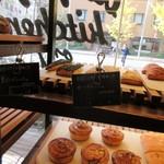 デイライトキッチンオーガニック - 私は入り口に並んだパンのコーナーから数品パンを選んで買って帰りました。
