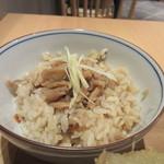 博多やりうどん別邸 - 華味鶏を使ったかしわ飯は鶏の旨みがご飯と良く混ざり合った一品、生姜がトッピングされて味を引き立ててます。