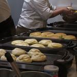幸せのパンケーキ - 厨房で調理中