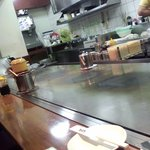 うまいもん屋 五エ門 - カウンターの前の鉄板です。テーブル席もあって、そこも鉄板ある。