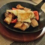 BAR AMARENA - 桜姫鶏もも肉と季節野菜のラクレットソースがけ