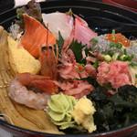 とびっちょ - ★★★☆ とびっちょ丼  生しらすがたっぷり。新鮮刺身の下には生野菜が敷かれていて食べ応えあります。