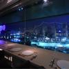 シェフズ・ブイ - 内観写真:窓際のカウンター席からの夜景
