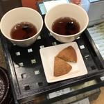 寛永堂 - お店に入って試食で黒豆茶と丸房露を頂きました。