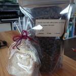 ゼロハチコーヒー - 料理写真:コーヒー豆とジンジャーブレッド