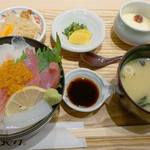 はかた天乃 - 日替わり定食980円です。 この日のメニューは、海鮮丼でした。
