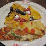 シェーキーズ - クワトロチョコのデザートピザ(上) イチゴとオレオのマシュマロデザートピザ(上から2番目) アンチョビ&トマト(?)(下から2番目) アメリカンデライト(下)